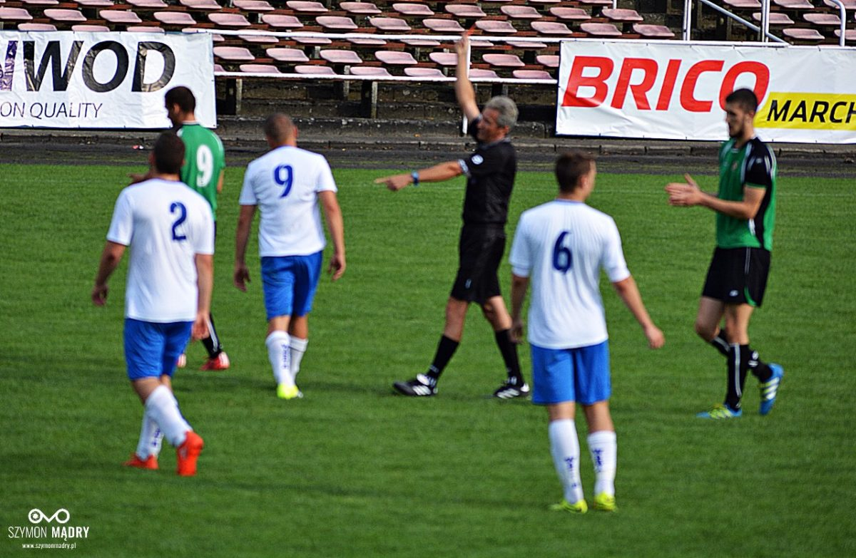 Czerwona kartka Damiana Skrzypczaka podczas meczu Warty Śrem ze Zjednoczonymi Trzemeszno