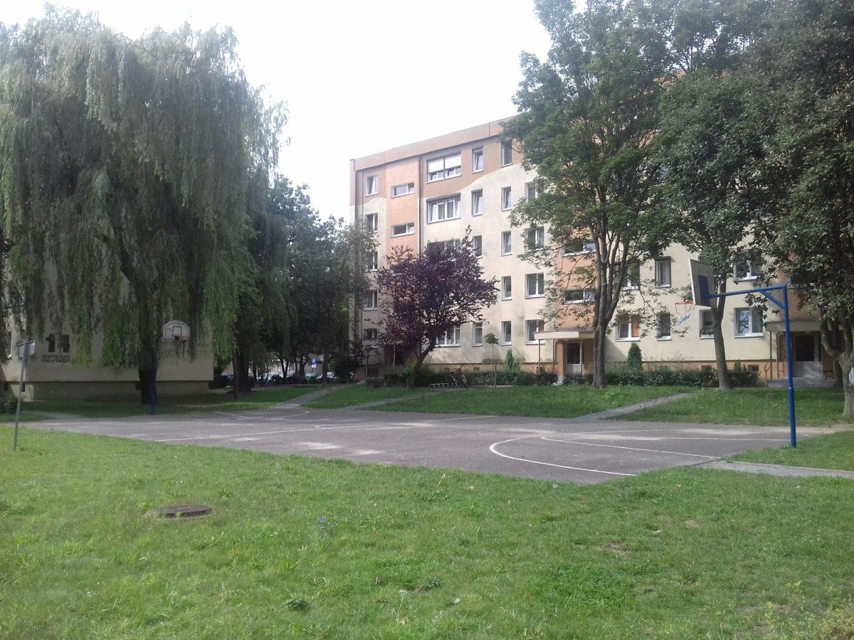 Boisko pomiędzy blokami Chłapowskiego 22, a Chłapowskiego 16 w Śremie