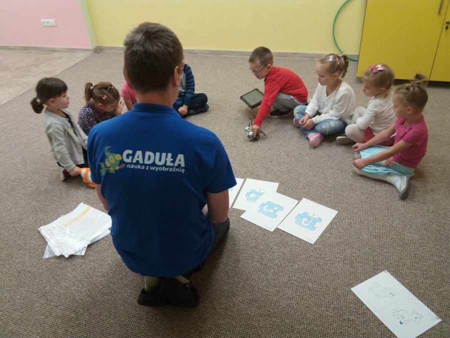 Kodowanie na dywanie w przedszkolu językowym Kinderki w Śremi