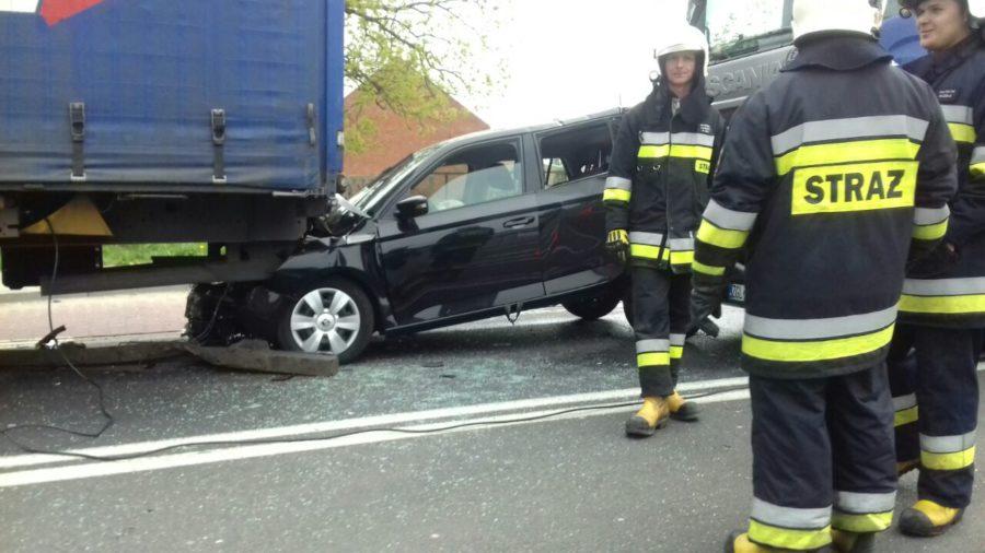 Wypadek w Czmoniu: samochód zgnieciony między dwoma ciężarowymi