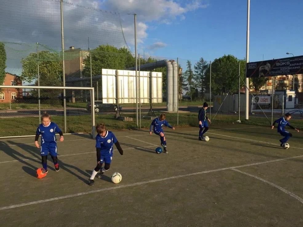 Piłkarze akademii piłkarskiej Warty Śrem wrócili na boisko