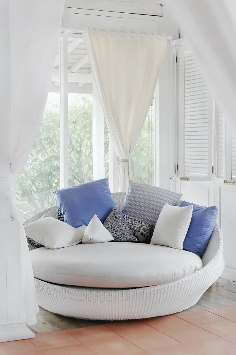 Czym kierować się przy wyborze tkanin dekoracyjnych na zasłony do salonu?