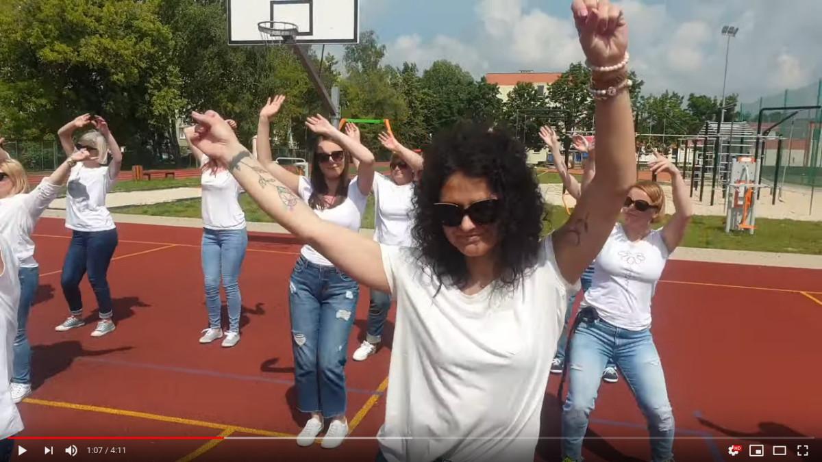 Idą Wakacje - dyrekcja i nauczyciele SP5 w Śremie nagrali cover Majki Jeżowskiej