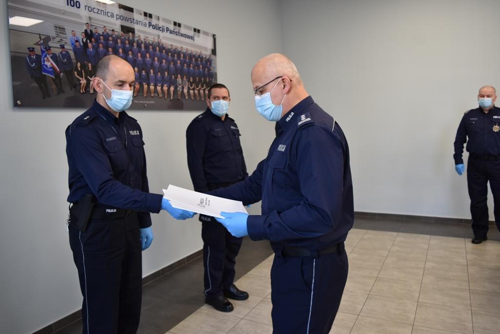 Komendant awansował policjantów